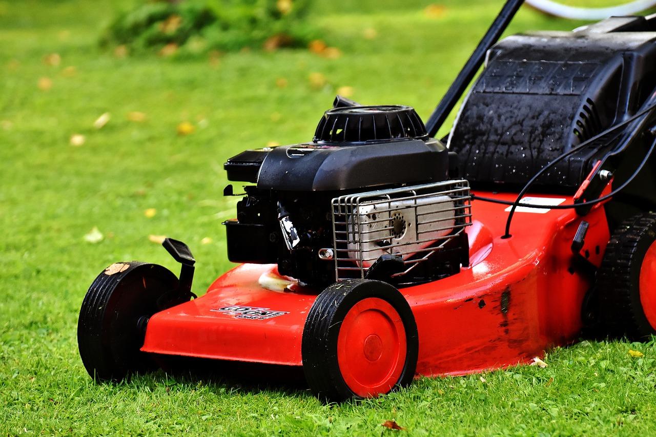 Kosiarka spalinowa – niezastąpiona w Twoim ogrodzie?