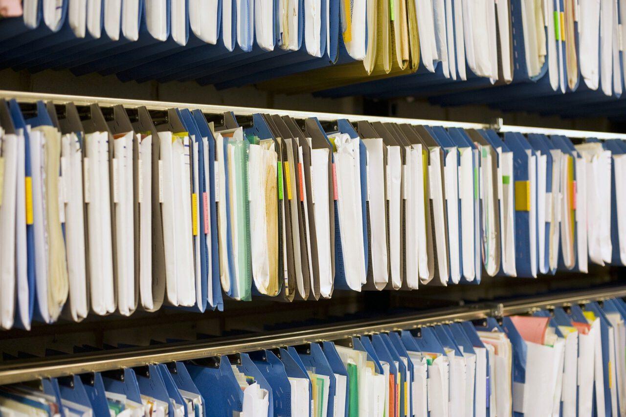 Profesjonalne regały archiwalne do przechowywania dokumentów.